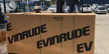 Arrivage d'un container de moteur Evinrude
